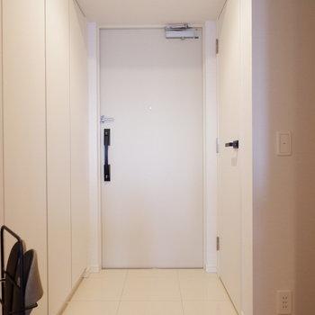 最後は玄関の収納へ。※家具はサンプルです