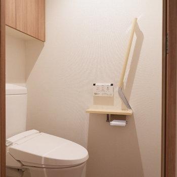 トイレは玄関横から。手すりもあって優しいデザイン。