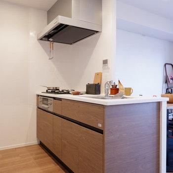 キッチンもナチュラルな風合い。※家具はサンプルです