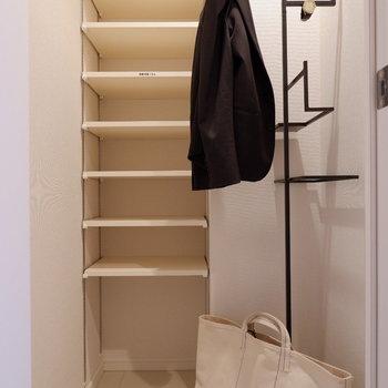 その隣にはシューズインクローゼット。良く使うアイテムを揃えておくと便利。※家具はサンプルです