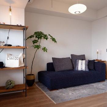 お好みのライトでかっこよさもプラス。※家具はサンプルです