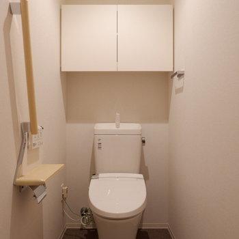 トイレは玄関横から。手すりのある優しい設計です。