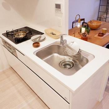 洗い物は手分けして。※家具はサンプルです