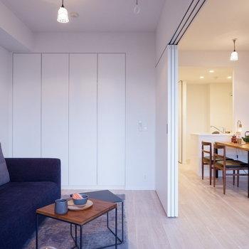 リビングとつなげれば心地良い開放感が広がります。※家具はサンプルです
