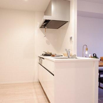 キッチンはまばゆい白で統一。※家具はサンプルです