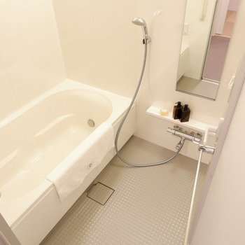 お風呂も広々。1日の疲れをじっくり癒せます。※家具はサンプルです