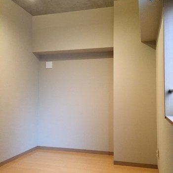 洋室その2。こちらにもウォークインクローゼットあります。※写真は5階の同間取り別部屋のものです