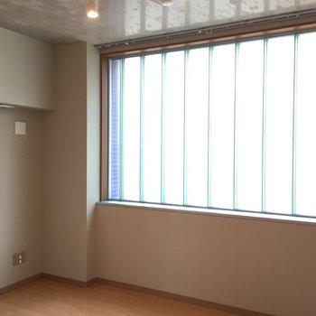 玄関入って右奥の洋室はすりガラスの窓が全面に。優しい光で温かい雰囲気。※写真は5階の同間取り別部屋のものです