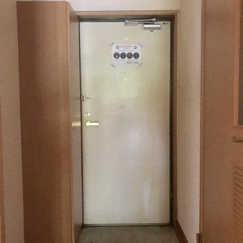 玄関を入ってすぐ扉があるのでプライバシーも守られます(※写真は2階の反転間取り別部屋で、清掃、通電前のものです)