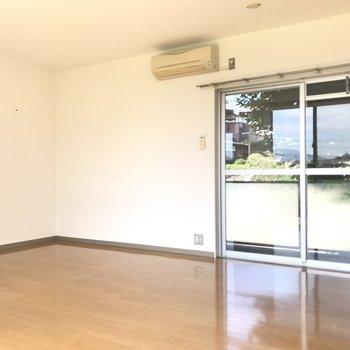 ポーチ側にもなんと窓!風も気持ちよく通り抜けます。※写真は1階の反転間取り別部屋のものです