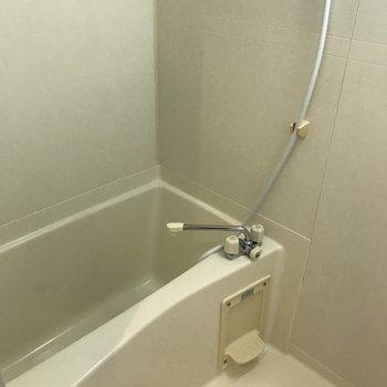 浴室は意外にも普通・・・※写真は1階の反転間取り別部屋のものです