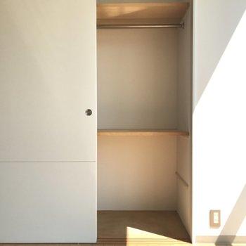 クローゼットはパイプハンガーも棚もついてます。上手に収納しましょ。※写真は1階の反転間取り別部屋のものです