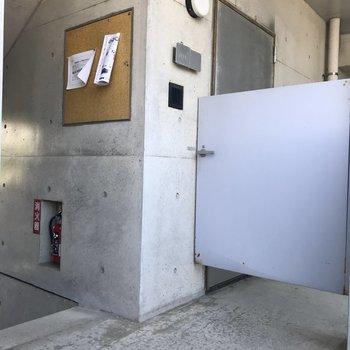 お部屋に入る前にはこの専用扉を開けてから。
