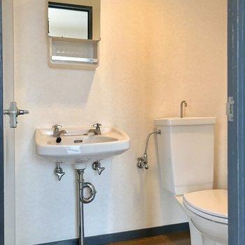 左側にバスルームがあります。写真の中心あたりが脱衣スペース。