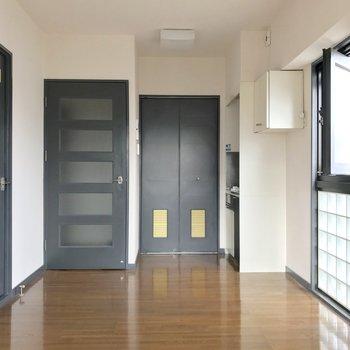 左から脱衣所、玄関、洗濯機置場。