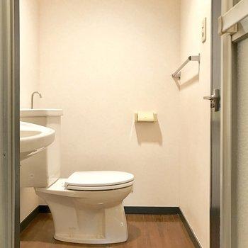 バスルームから見ると。ウォシュレット付いてません。
