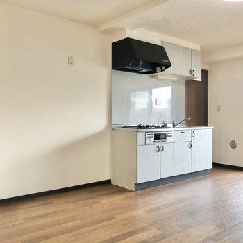 【LDK】キッチンの横には冷蔵庫、ラックを並べて置けますね。