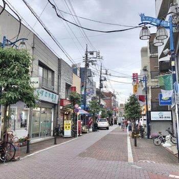 駅周辺には多くのお店が立ち並びます。買い物も捗りそう。