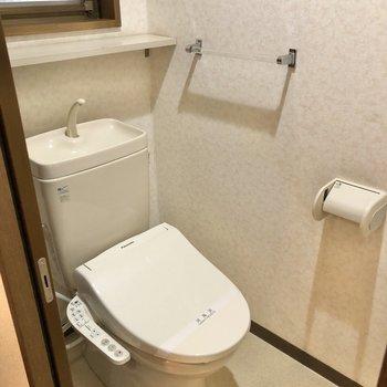 途中には小窓付きトイレがありました。