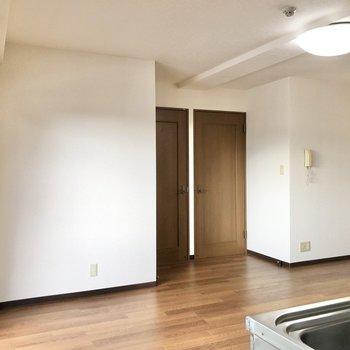 【洋室②】サニタリールーム側からリビングを見ています。