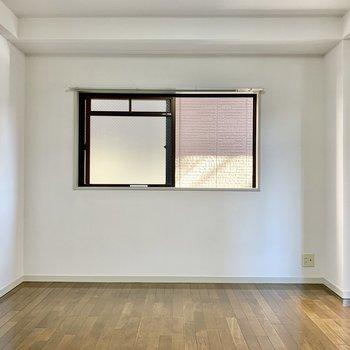 窓の右下にはテレビが置けそうです。