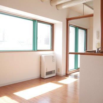 南向きのグリーンの窓枠から暖かい光が差し込みます◎
