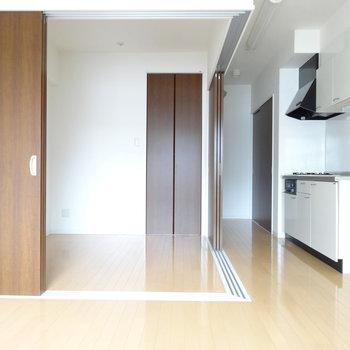 扉を開ければ広々ワンルームに。キッチン横に冷藏庫置けます!