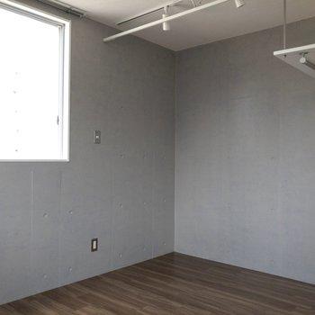 カーテンレールがあるので空間を仕切れます。
