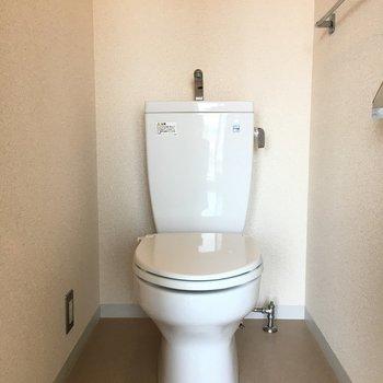 シンプルトイレ。上に棚ついてますよ。(※写真は13階の同間取り別部屋のものです)