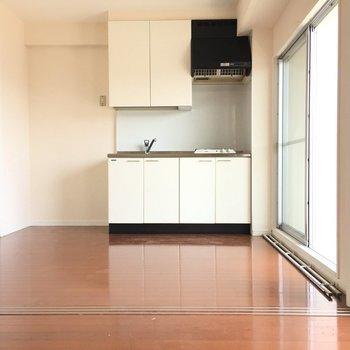 このキッチンに立つ後ろ姿、絶対5割増。(※写真は13階の同間取り別部屋のものです)