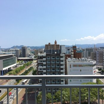 眺望は、空がとっても広がって見えます。(※眺望は13階の同間取り別部屋のものです)
