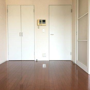 あれ、どっちから来たっけ?右側のドアが玄関からの道ですよ。(※写真は13階の同間取り別部屋のものです)