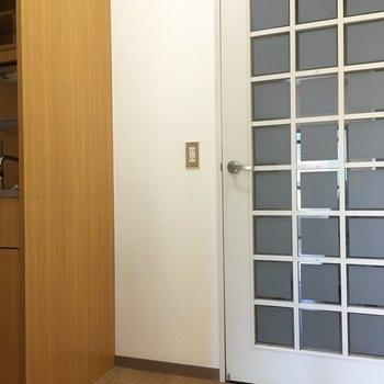 左手がキッチンだから冷蔵庫はドア横に置くのかな・・・(※写真は3階の同間取り別部屋のものです)
