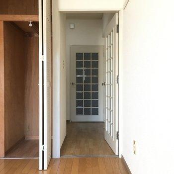 玄関から2回ドアを通ります。(※写真は3階の同間取り別部屋のものです)