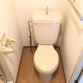 トイレはシンプルタイプ。(※写真は3階の同間取り別部屋のものです)