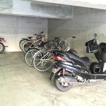 天井低めの駐輪場です。