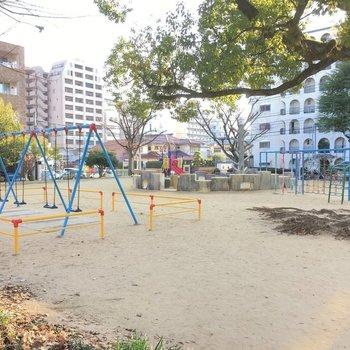 近くには公園もあった〜!遊具が豊富ですねっ