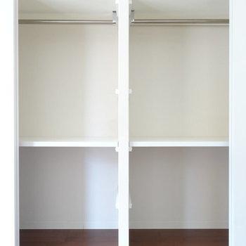 収納は同じだけの容量が2面分。※写真は2階同間取り別部屋のものです