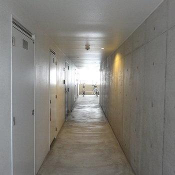 コンクリート打ちっぱなしがかっこいい共用廊下です