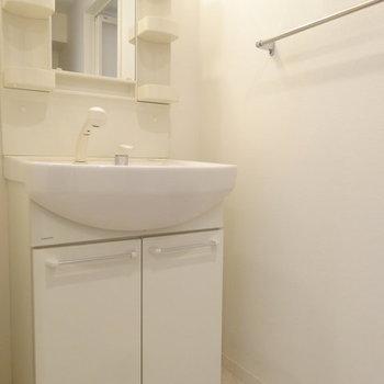 シンプルな洗面台ですね。※写真は2階同間取り別部屋のものです