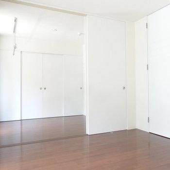 洋室とLDKは引き戸で仕切れますよ。※写真は2階同間取り別部屋のものです