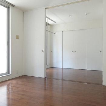 白とマホガニーブラウンのバランス!※写真は2階同間取り別部屋のものです