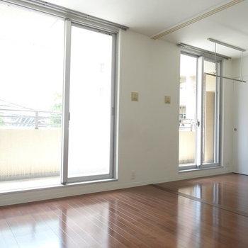 大きな窓が2面もあって明るいったら。※写真は2階同間取り別部屋のものです