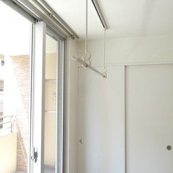 室内干しようのバーまでついてます。※写真は2階同間取り別部屋のものです
