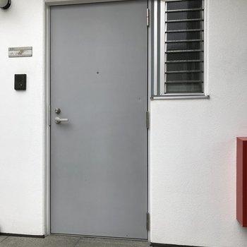 玄関扉もクールに。
