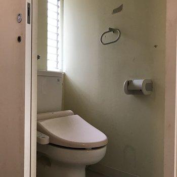 個室のトイレがあります。※写真はクリーニング前のものです