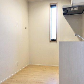 【LDK】キッチン周りもゆったりしているので、冷蔵庫や食器棚も置けそう。