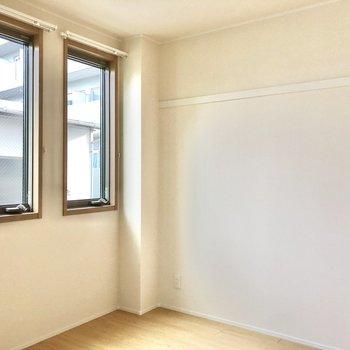 【洋室】長押があるので壁収納やディスプレイに。