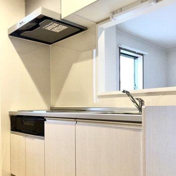 【LDK】キッチンは収納もたっぷり。魚焼きグリルもついています。