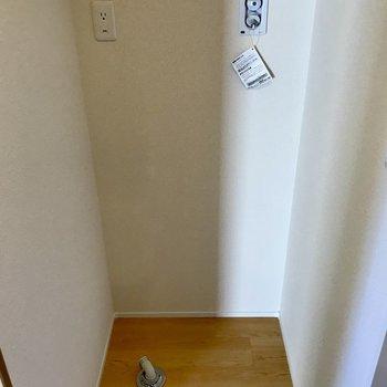 洗濯機は洗面台の後ろに。※写真は3階の同間取り別部屋のものです